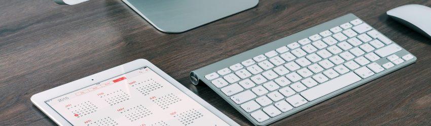 bureau professionnel avec ordinateur et tablette
